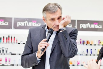 Jan Čenský si vybírá parfém v první kamenné prodejně společnosti Parfums.cz