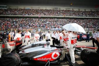 Tým připravuje auto Jensona Buttona na start, Foto: McLaren