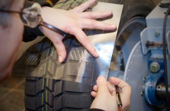 Společnost Continental představila ručně vyřezávané pneumatiky
