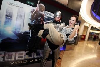 Kamila Nývltová v náručí RoboCopa