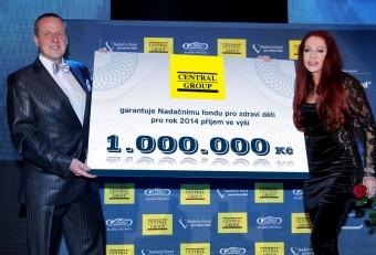 Dušan Kunovský a Blanka Matragi s šekem pro Nadační fond pro zdraví dětí